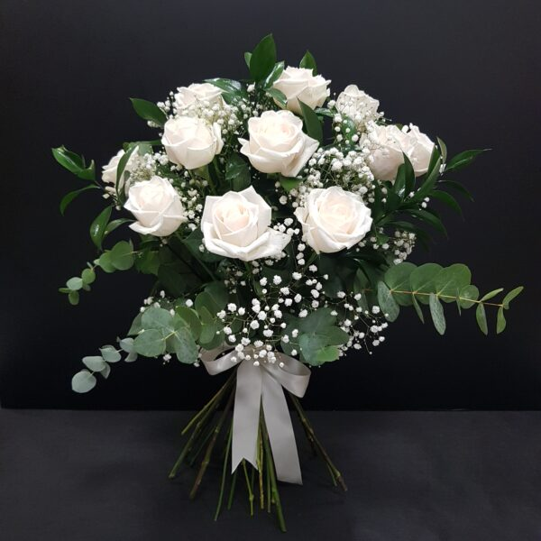 verdes y rosas blancas