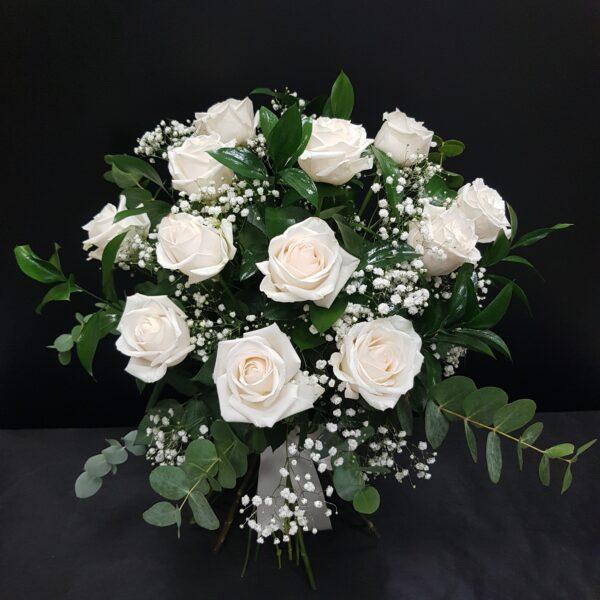 rosas blancas y eucaliptus