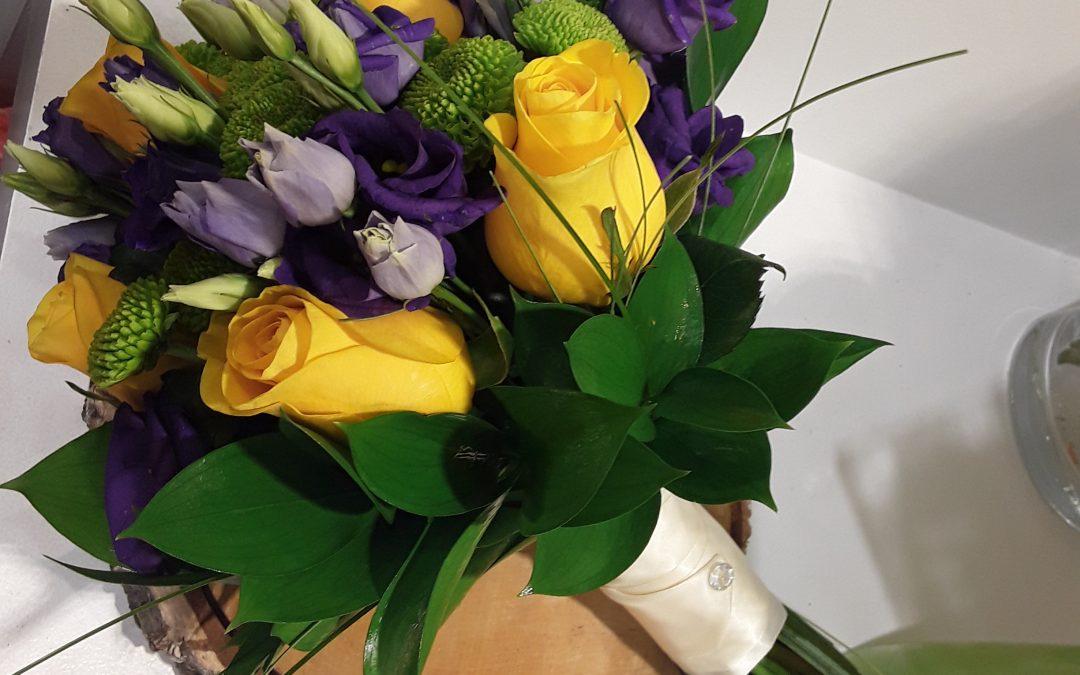 Ramo novia rosas amarillas ,lisianthus morado y margarita verde