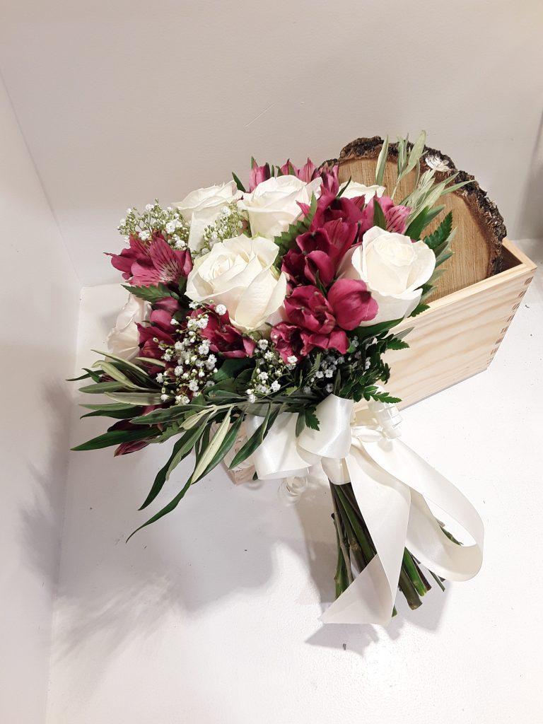 Ramo novia con rosas blancas y astromelia roja