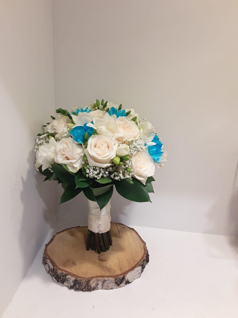 Ramo novia rosas blancas y margaritas turquesa