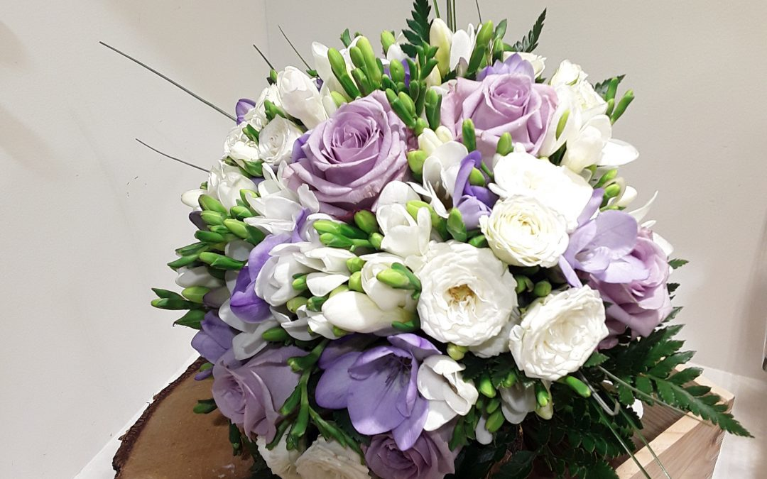 Ramo novia rosas moradas ,rosas pitimini y fresias