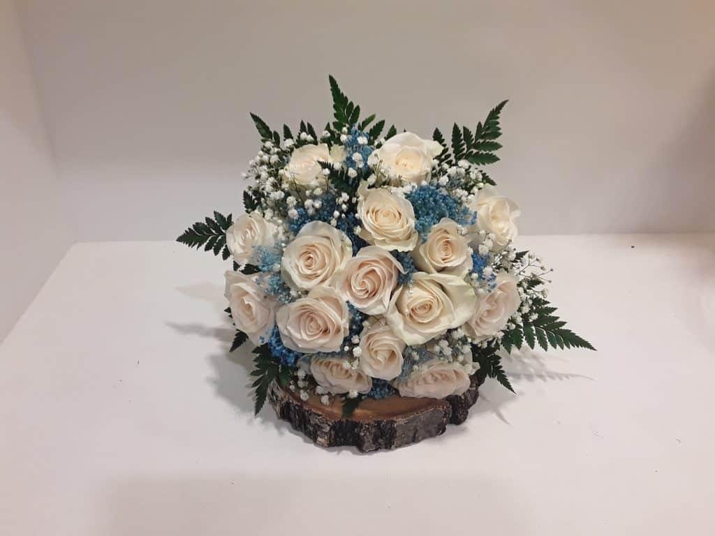Ramo novia rosas blancas y azul silvestre
