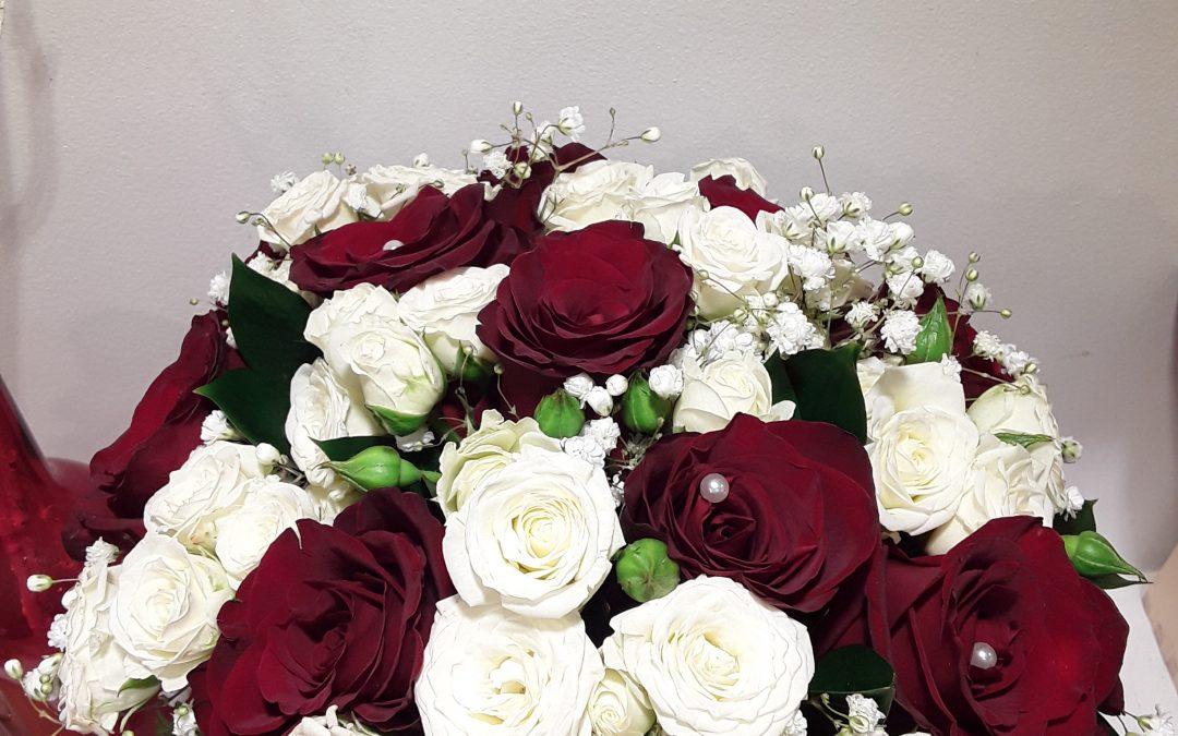 Ramo novia rosas rojas y rosas pitimini blancas