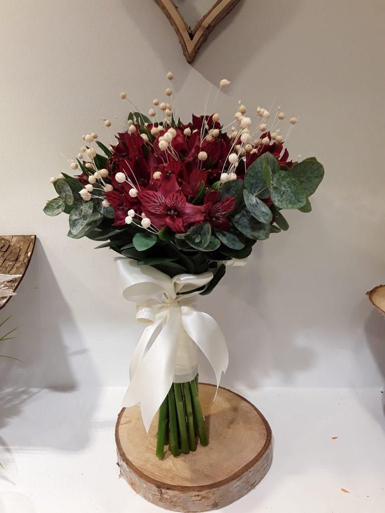 Ramo novia astromelia roja y silvestre blanco