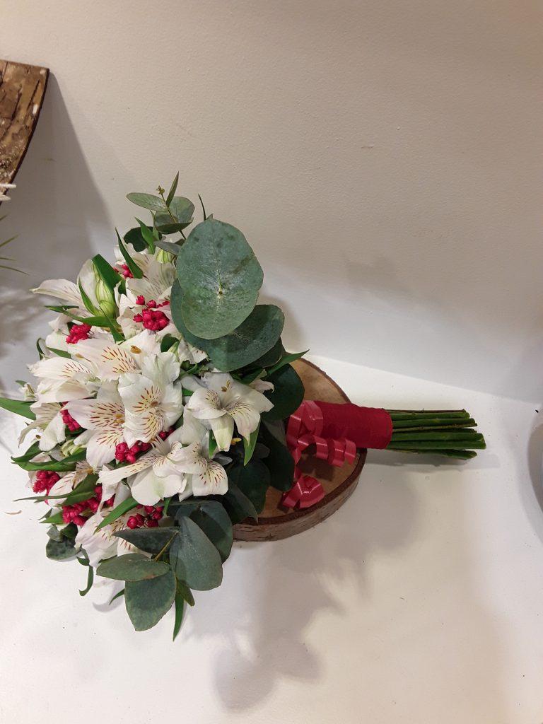 Ramo novia astromelia blanca con silvestre rojo