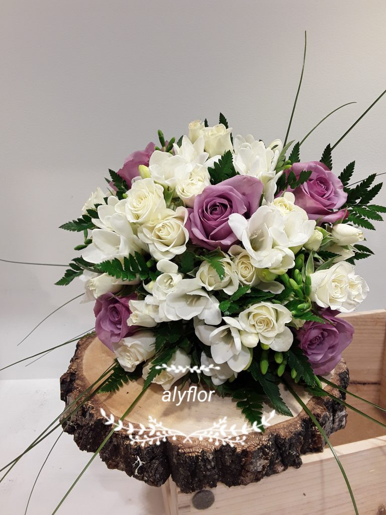 Ramo novia rosas moradas,rosas pitimini blanca y fresia blanca