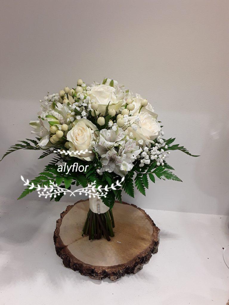 Ramo novia rosas blanca,astromelia e hipericum