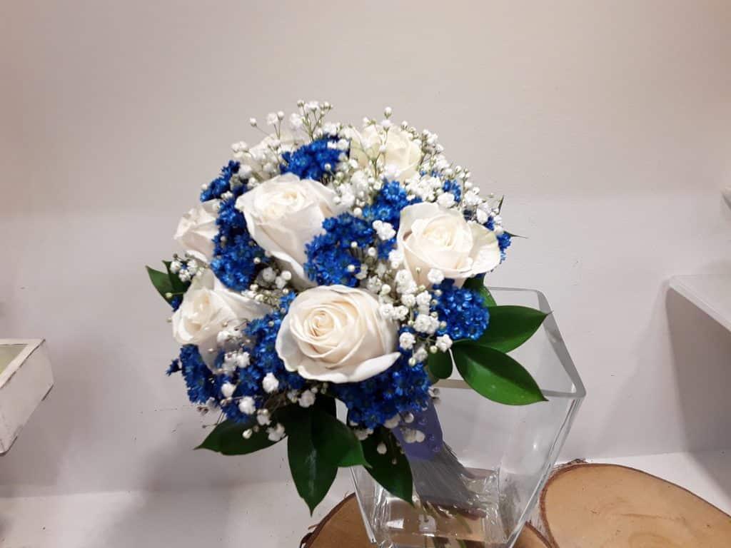 Ramo novia rosas blancas y silvestre azul