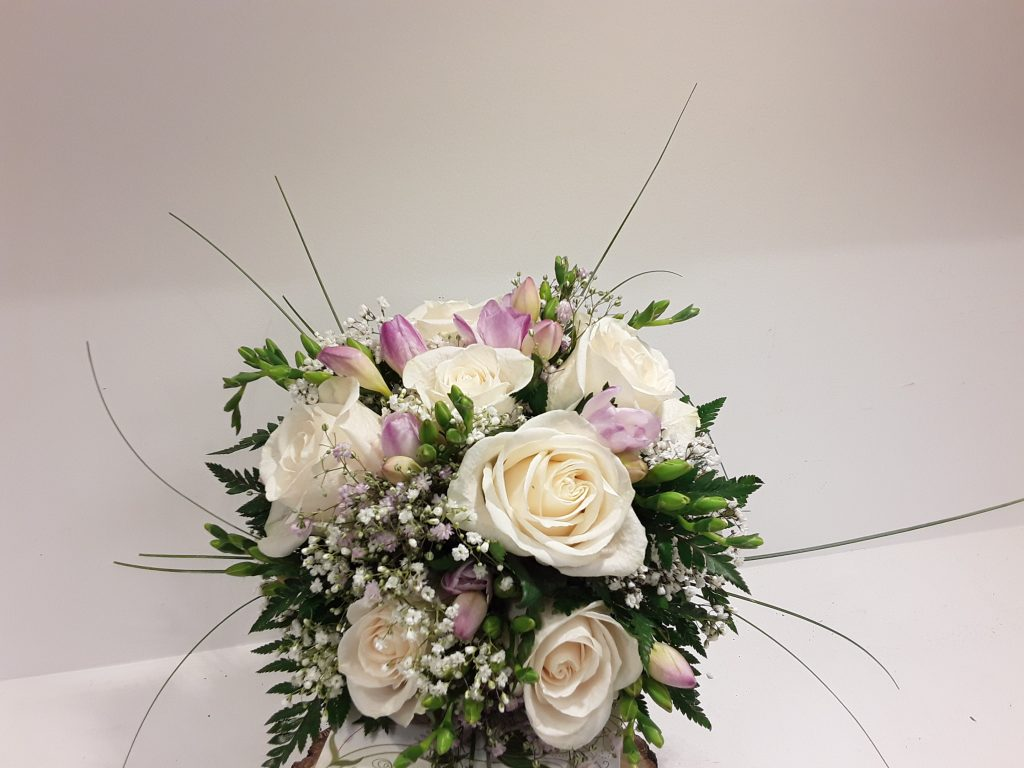Ramo novia rosas blancas y fresia rosita
