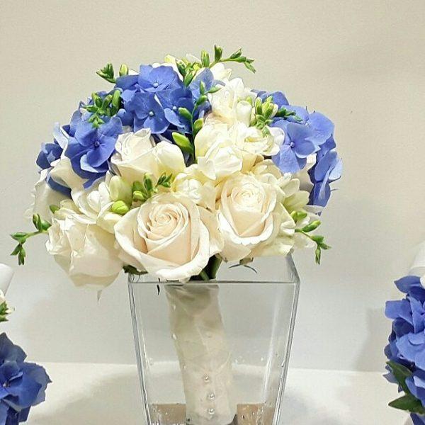 Ramo novia rosas blancas,fresias y hortencia azul