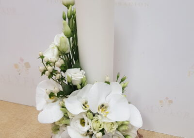 Bonita flor con vela blanca