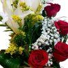 caja con rosas y lilium