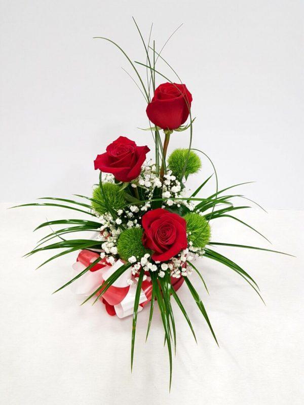 caja con tres rosas