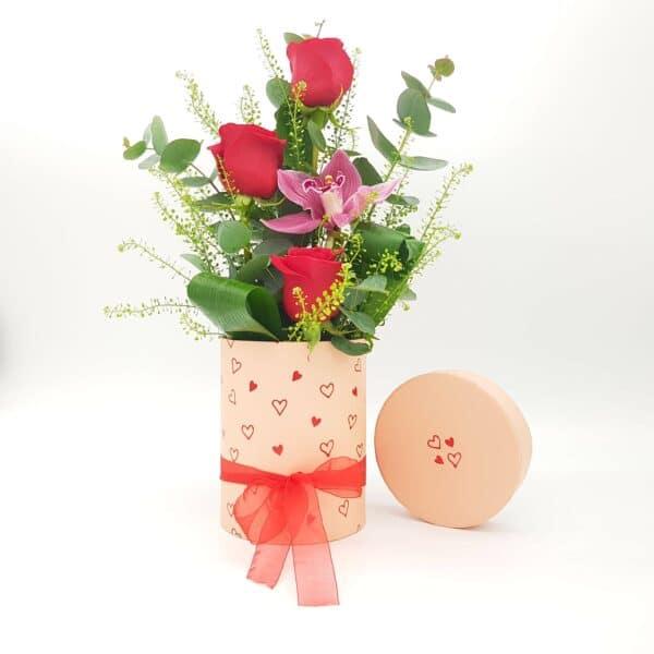 caja con rosas y orquidea