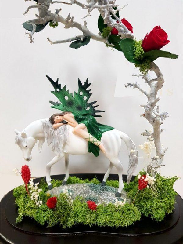 Rosa eterna con hada durmiendo