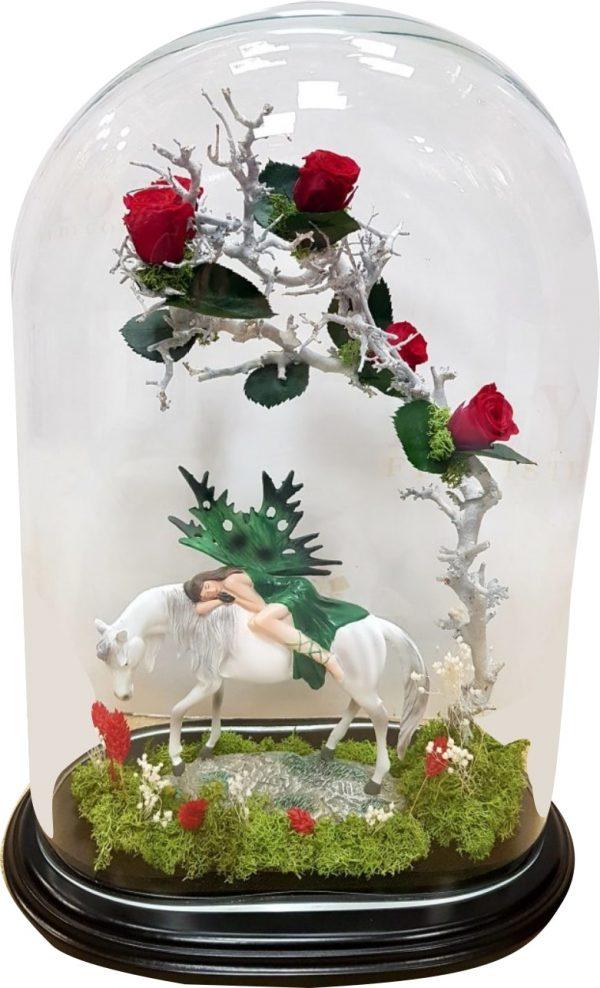 Rosa eterna en cristal con hada durmiendo